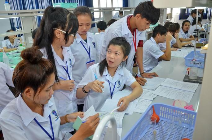 Sinh viên Trường ĐH Nguyễn Tất Thành trong giờ thực hành Ảnh: TẤN THẠNH