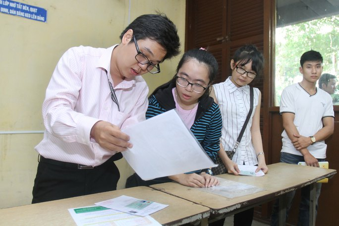 Thí sinh làm thủ tục thi tại cụm thi Trường ĐH Sư phạm Kỹ thuật TP HCM sáng 30-6 Ảnh: HOÀNG TRIỀU