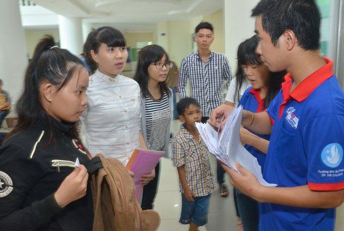 Thí sinh rút hồ sơ tại Trường ĐH Sư phạm TP HCM Ảnh: TẤN THẠNH