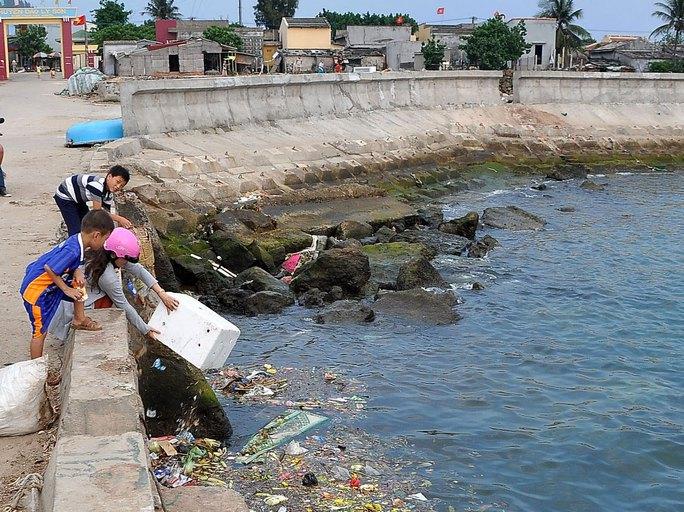 Vì không có ai thu gom, rác thải sinh hoạt được người dân Lý Sơn đổ xuống biển