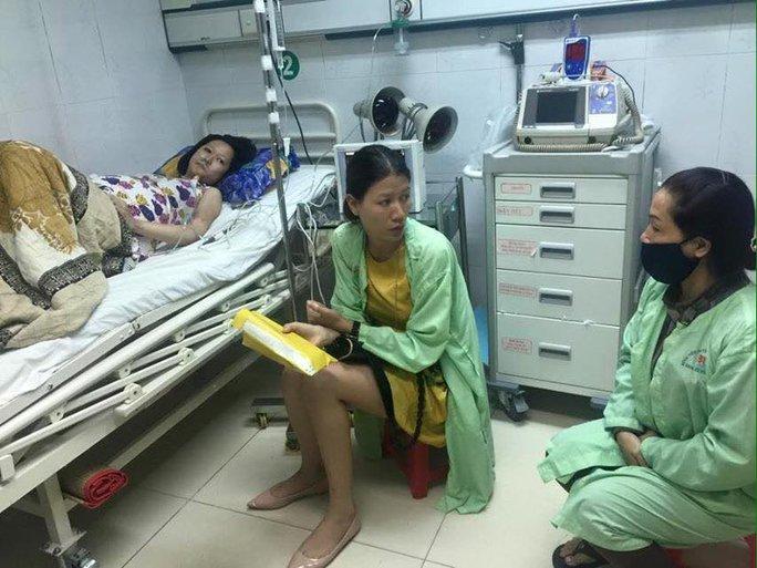 Trang Trần đến thăm và trao tiền