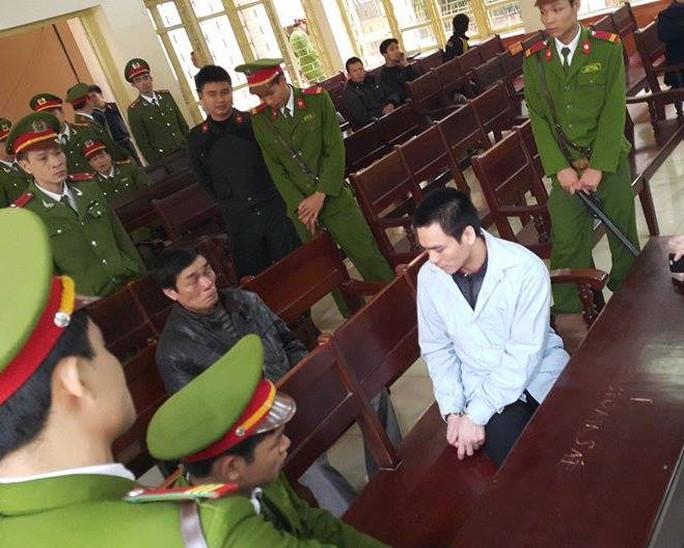 Lý Nguyễn Chung nói chuyện với bố trong khi chờ nghị án