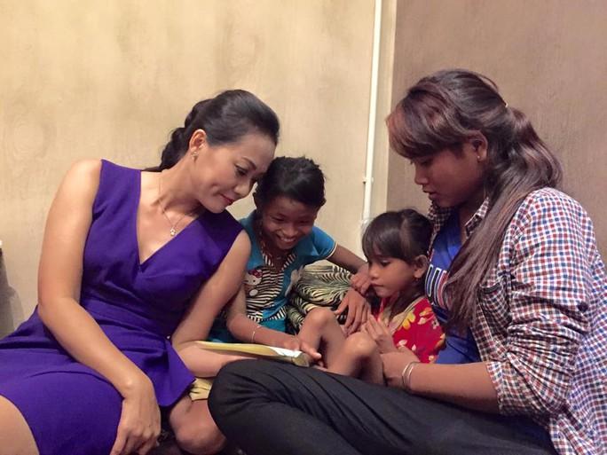 Diễn viên Hồng Ánh trò chuyện với 3 chị em mồ côi