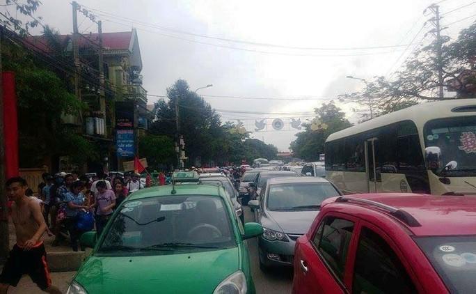 Đường Lê Lợi tại thị xã Sầm Sơn bị tắc nghẽn nghiêm trọng