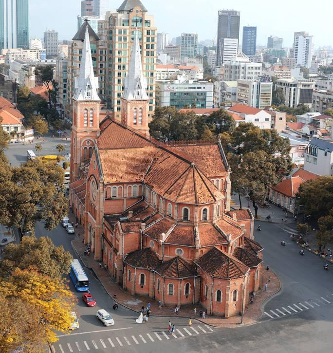Nằm giữa trục đường chính, Nhà thờ Đức Bà nổi bậc với màu gạch đỏ. Ảnh: Thái Sơn