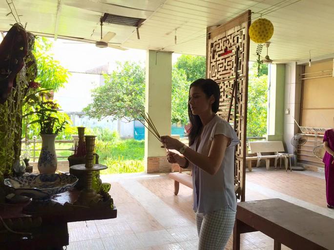 Việt Trinh thắp nhang trước bàn thờ các nghệ sĩ đã đi xa
