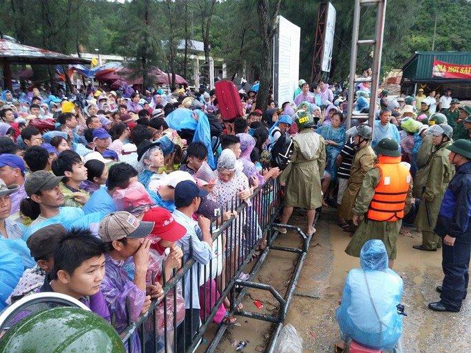 Hàng ngàn người dân chờ đợi ở bến tàu Cô Tô để được trở về đất liền