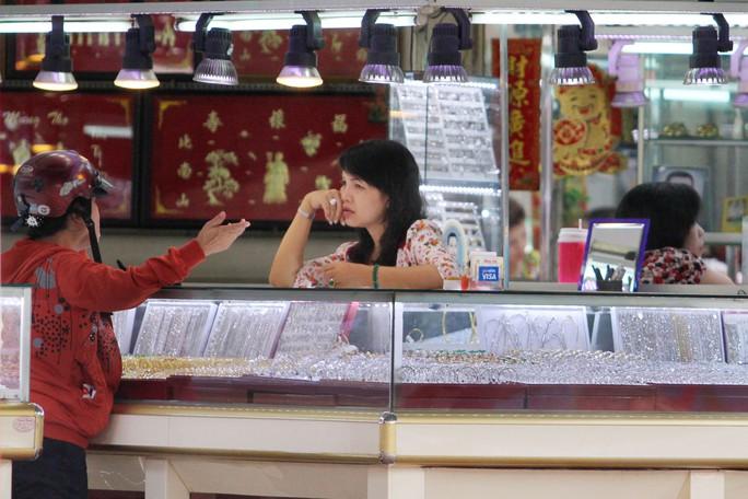 Người dân đến bán vàng tại tiệm vàng trong chợ An Đông, TP HCM, ngày 16-7 Ảnh: HOÀNG TRIỀU