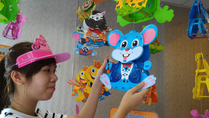 Nhiều mẫu lồng đèn mới do doanh nghiệp Việt Nam sản xuất cho mùa trung thu 2015 Ảnh: NGỌC ÁNH