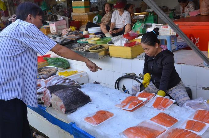 Các loại hải sản được tiêu thụ mạnh trong dịp lễ. Trong ảnh: Khách mua hải sản tại chợ Bến Thành, TP HCM  Ảnh: TẤN THẠNH
