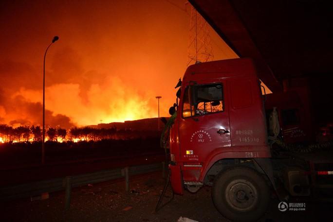 Khoảng 100 xe cứu hỏa có mặt ở hiện trường. Ảnh: QQ