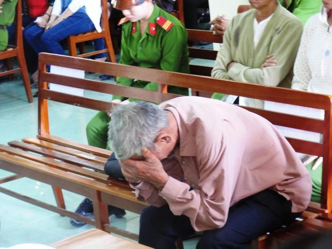 Khi nghe chủ tọa phiên tòa tuyên án, ông Ngô Văn Cộ (cha nạn nhân Ngô Thanh Kiều) gục đầu xuống ghế