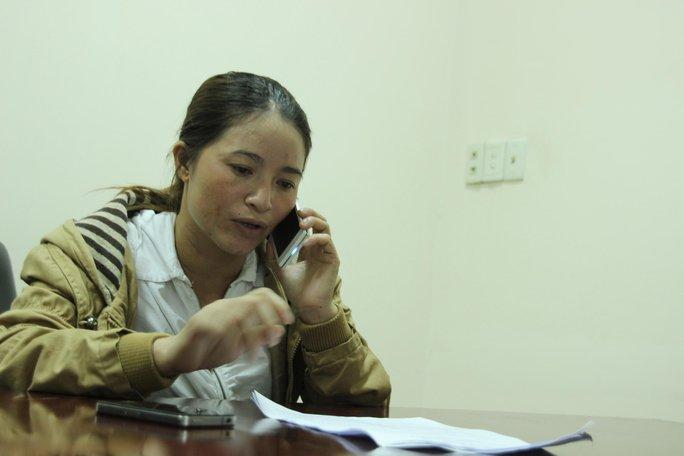 """Chị Hồng """"ve chai"""" vừa nộp đơn khiếu nại đến Công an quận Tân Bình vào sáng 13-5"""