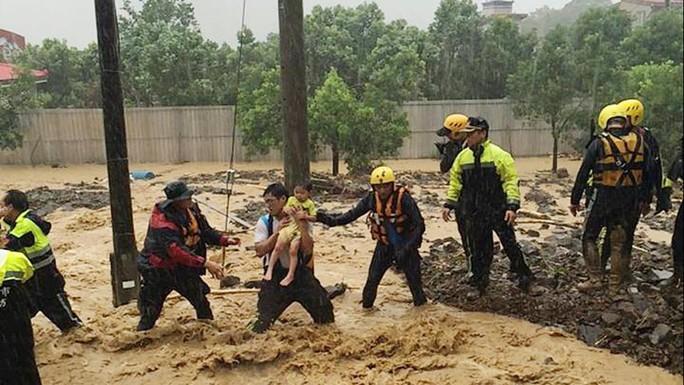 Cứu giúp người dân trong mưa lũ. Ảnh: AP
