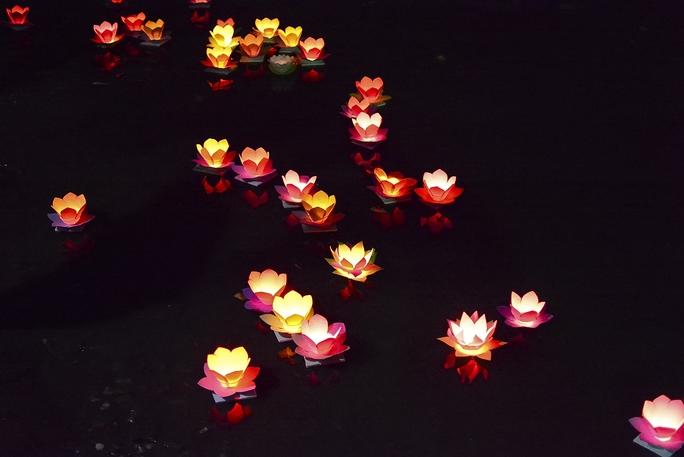 Hàng ngàn ngọn hoa đăng lung linh trên sông Sài Gòn. Ảnh: Thăng Bình.
