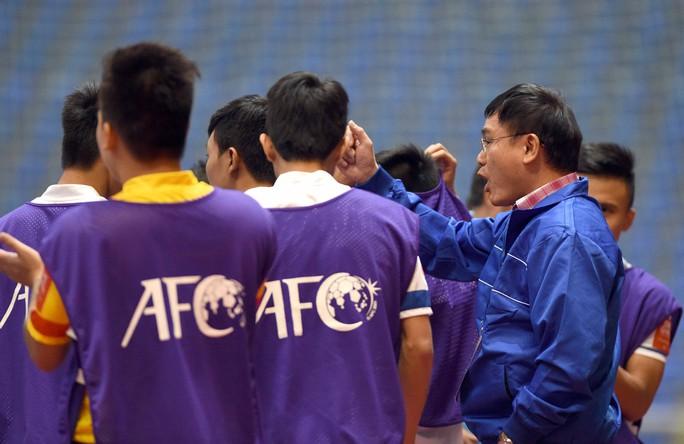 Ông Trần Anh Tú (phải) động viên cầu thủ futsal Việt Nam tại sân chơi châu lục Ảnh: Quang Liêm