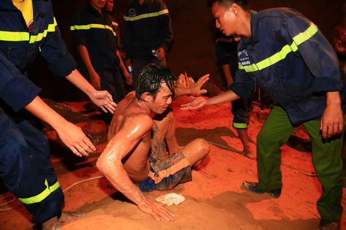 Thợ đào giếng Trần Lê Phương kiệt sức sau hơn 4 giờ đào giếng và trực tiếp đưa bé Tú Anh lên
