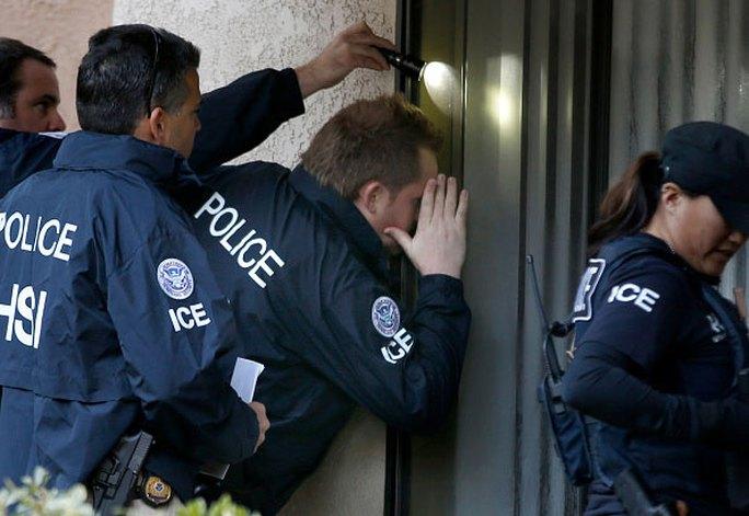 Các đặc vụ của Cơ quan Di trú và hải quan Mỹ (ICE) tham gia cuộc truy quét. Ảnh: LOS ANGELES TIMES