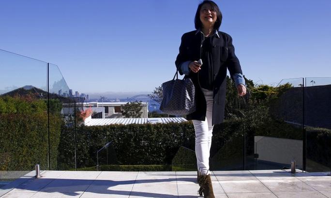 Một khách hàng đến từ TP Thượng Hải xem nhà tại TP Sydney - Úc Ảnh: REUTERS