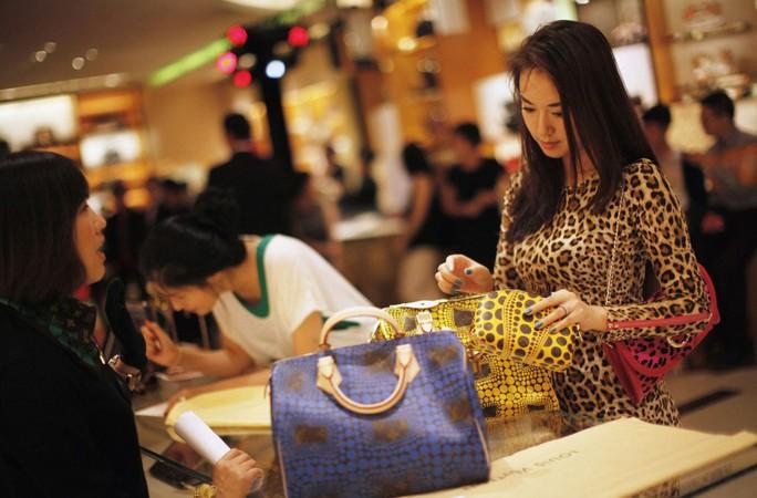 Việc nhân dân tệ bị phá giá khiến hàng hóa xa xỉ nước ngoài trở nên đắt đỏ hơn ở Trung Quốc Ảnh: REUTERS