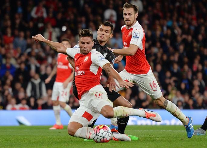 Arsenal kỳ vọng Giroud (trái) sẽ phát huy duyên ghi bàn vào lưới Newcastle. Anh ghi 8 bàn sau 6 lần đối đầu Newcastle    Ảnh: REUTERS
