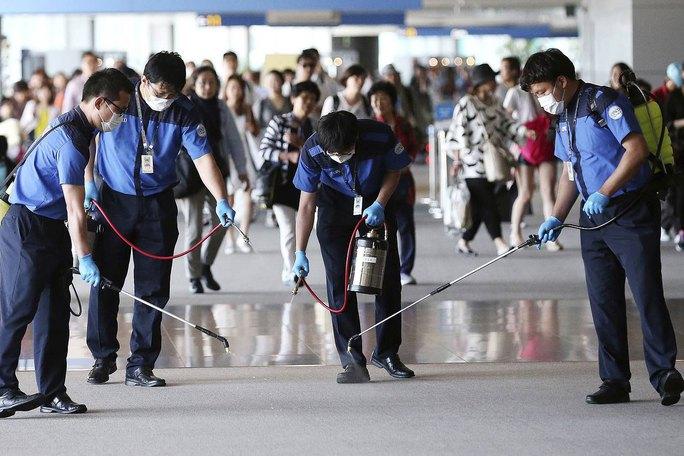 Các nhân viên phun dung dịch khử trùng tại sân bay quốc tế Incheon, Hàn Quốc hôm 3-6 Ảnh: AP