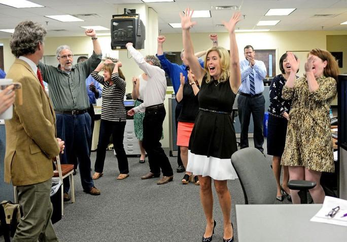 Các phóng viên báo The Post and Courier vui mừng khi biết tin giành giải Pulitzer 2015 Ảnh: AP