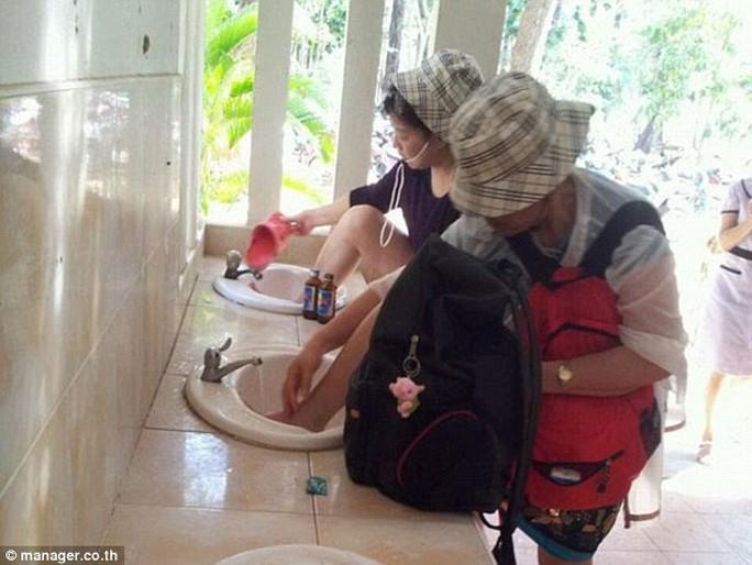 Du khách Trung Quốc rửa chân trên bồn rửa mặt trong nhà vệ sinh công cộng ở Thái Lan Ảnh: MANAGER.CO.TH