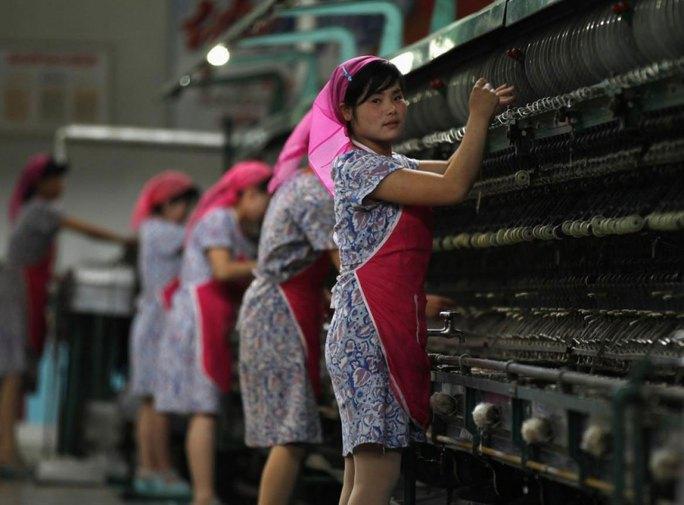 Các cơ quan nhà nước, nhà máy và trường học ở Triều Tiên được lệnh bắt đầu hoạt động từ… 5 giờ sáng để đối phó với nắng nóng Ảnh: REUTERS