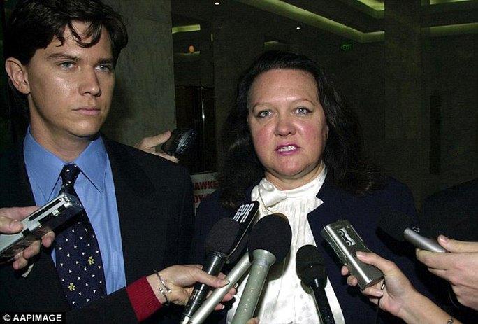 Nữ tỉ phú Gina Rinehart cùng con trai John Hancock   Ảnh: AAP