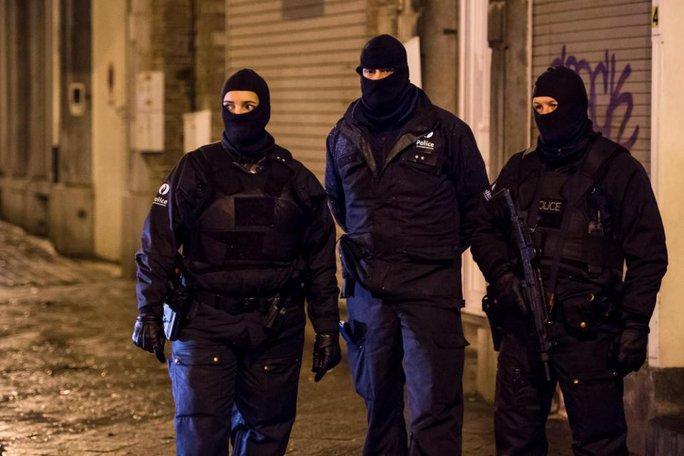 Cảnh sát Bỉ canh gác trên đường phố ở Verviers. Ảnh: AP