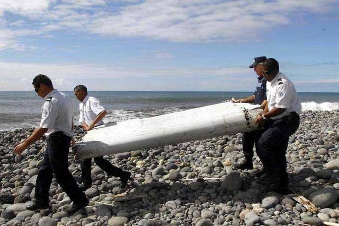 Mảnh cánh phụ tìm thấy hôm 29-7 trên đảo La Reunion của Pháp Ảnh: EPA