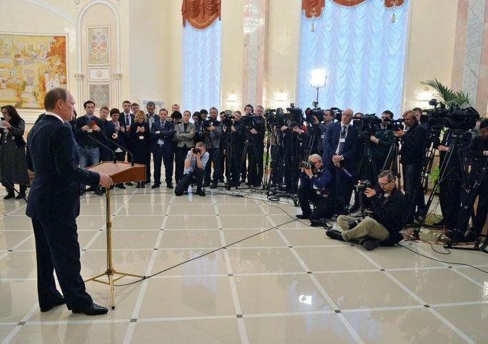 Tổng thống Nga Vladimir Putin gặp gỡ báo giới sau cuộc đàm phán 4 bên ở Minsk ngày 12-2  Ảnh: REUTERS