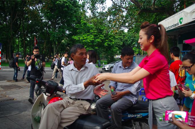 Jennifer Phạm gửi khăn ướt tới các bác xe ôm