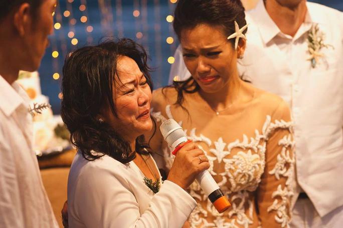 Cô xúc động nghe mẹ dặn dò lúc làm lễ cưới