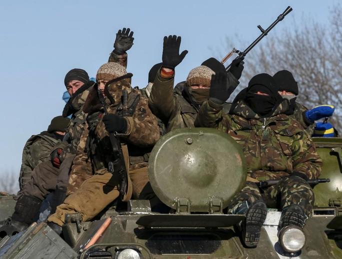 Quân đội Ukraine gần Debaltseve ngày 17-2. Ảnh: REUTERS