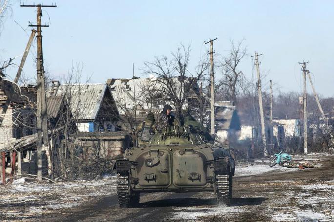 Quân ly khai di chuyển gần làng Nikishine, Đông Nam Debaltseve, ngày 17-2. Ảnh: Reuters