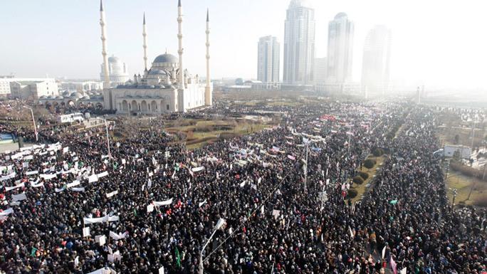 Đường phố Grozny chật kín người hôm 19-1. Ảnh: Reuters