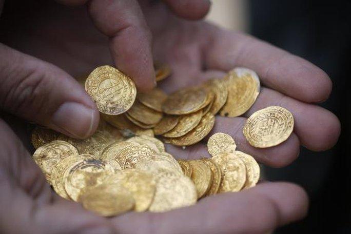 Tổng cộng khoảng 2.000 đồng xu đã được đưa lên bờ. Ảnh: Reuters