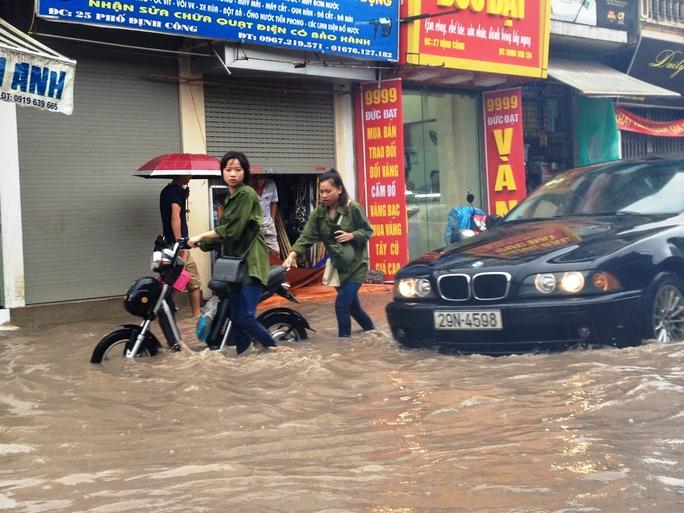 """Cơn mưa lớn kéo dài khiến nhiều tuyến biến thành """"sông"""""""