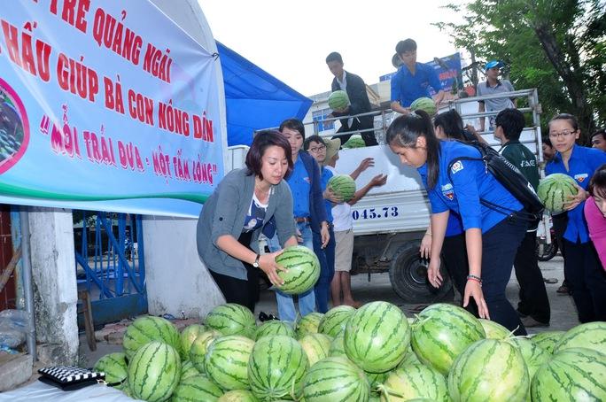 Tỉnh đoàn Quảng Ngãi bán dưa hấu giúp bà con nông dân Quảng Ngãi. Ảnh: T.Trực