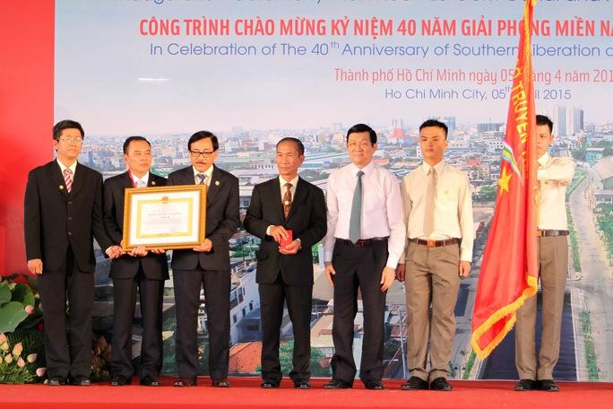 Chủ tịch nước Trương Tấn Sang trao huy chương lao động hạng nhì cho ban quản lí đầu tư xây dựng công trình nâng cấp đô thị thành phố