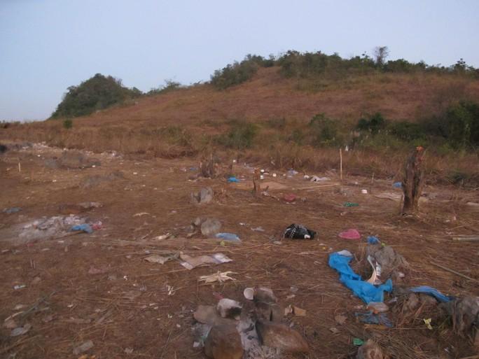 Đây là khu vực gần mốc biên giới 1094, sau khi gùi hàng lậu từ Trung Quốc về, đây là nơi nghỉ ngơi của hàng trăm cửu vạn. Cả một khu đất rộng nhiều ha như một bãi chiến trường với đầy những vỏ chai nước, thuốc và vật dụng khác.