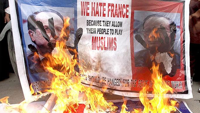 Hình nộm của Tổng thống Pháp Francois Hollande bị đốt ở Pakistan. Ảnh: Reuters