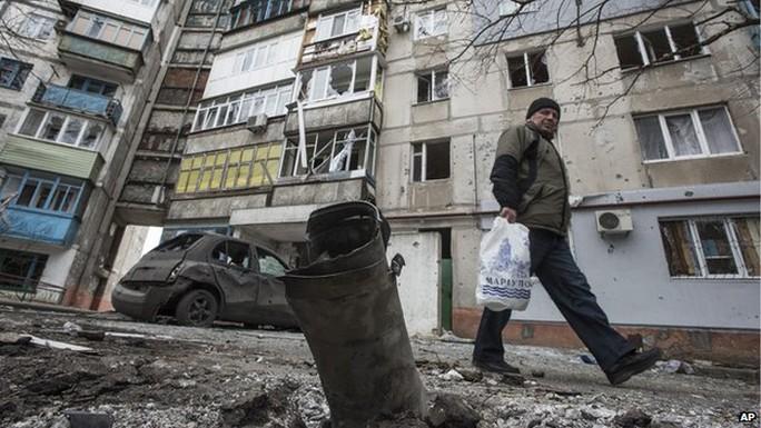 Tàn tích sau các cuộc tấn công bằng rốc-két vào TP Mariupol hôm 24-1. Ảnh: AP