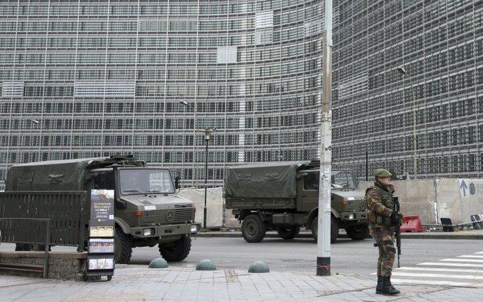 Một binh sĩ Bỉ đứng canh gần xe quân sự bên ngoài trụ sở Ủy ban châu Âu (EC) tại Brussels. Ảnh: Reuters