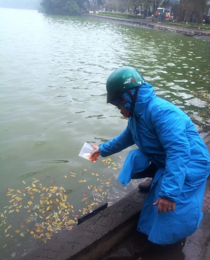Nhiều người đã đựng cá vào hộp thay cho túi nilon