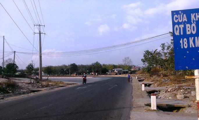 Khu vực ngã 3 giữa đường NT18 và đường quốc lộ 14 là nơi nhiều thanh thiếu niên tụ tập đốt pháo, dọa người đi đường.