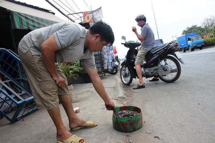 Đinh được rải đầy Quốc lộ 1, đoạn từ ngã tư Ga đến chợ An Phú Đông, quận 12.