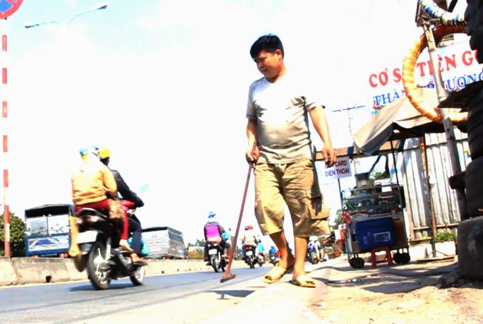 Mỗi ngày, người dân sống ven đường nhặt gần 1 kg đinh.